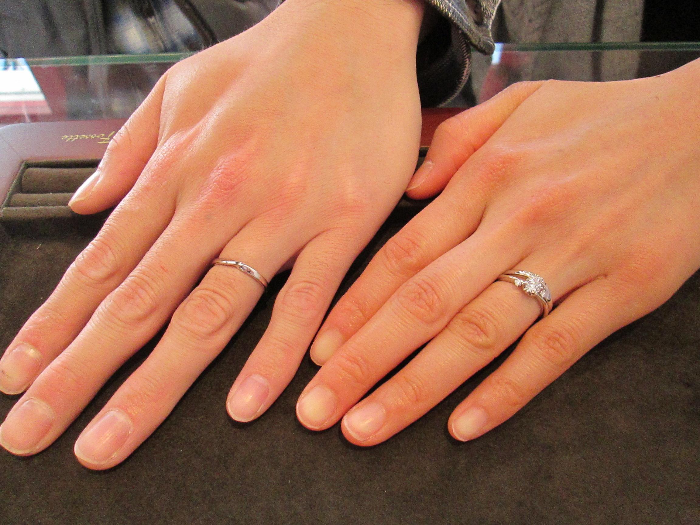 「婚約指輪&結婚指輪の重ねづけ」にこだわって、さまざまなリングを試着していた新婦さま。新郎さまはその様子をニコニコと見守っていらっしゃり、仲の良さや幸せが